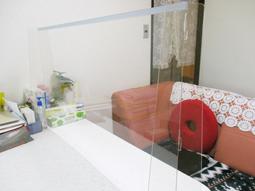 透明のパーティションを設置したルーム